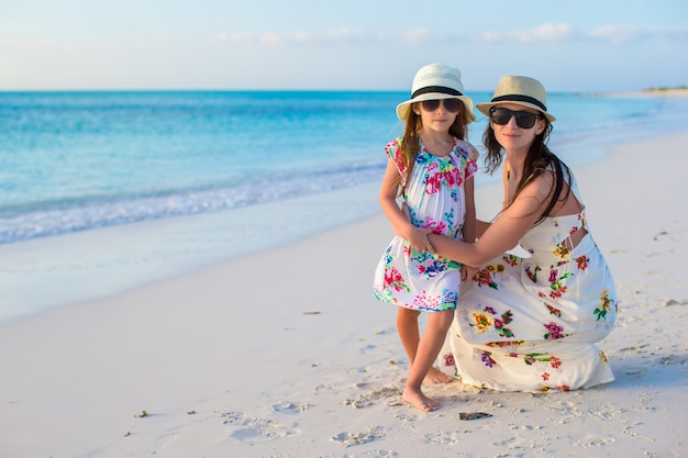 Mãe e sua adorável menina desfrutar de férias de verão