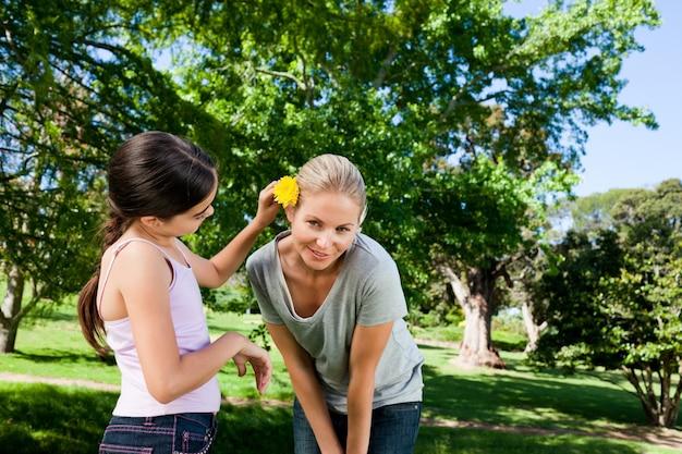 Mãe e sua filha com uma flor