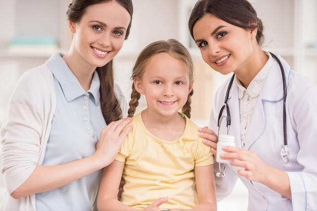 Mãe e sua filha visitar o consultório médico.