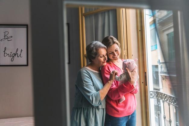 Mãe, e, vó, com, bebê, frente, janela