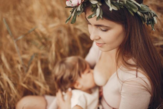 Mãe elegante com filha pequena em um campo