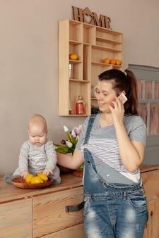 Mãe em casa com o bebê