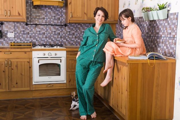Mãe encantadora e sua filha ficam em casa. quarentena, pandemia, coronavírus e covid-19