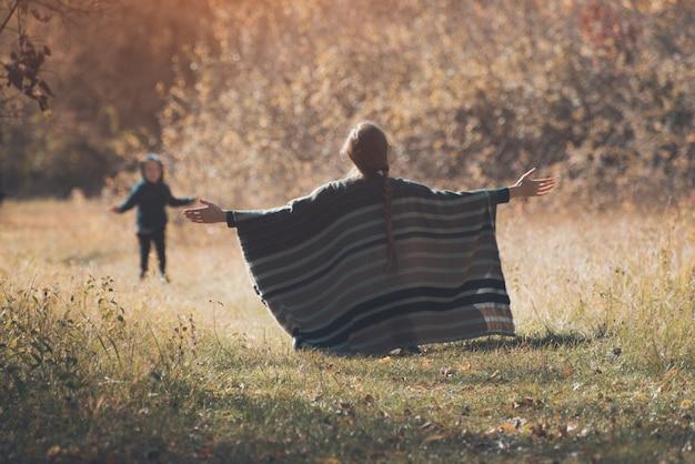 Mãe encontra filho correndo de braços abertos