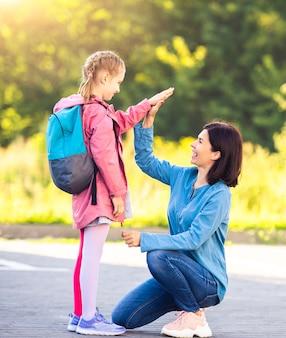 Mãe encontrando colegial depois das aulas
