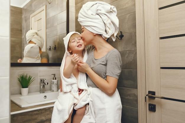Mãe ensina o filho a escovar os dentes