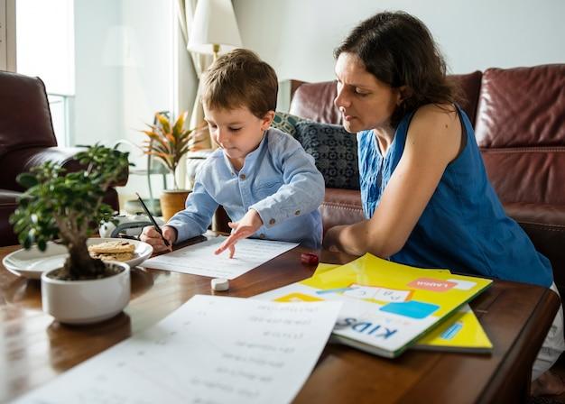 Mãe, ensinando, dela, filho, fazendo, dever casa