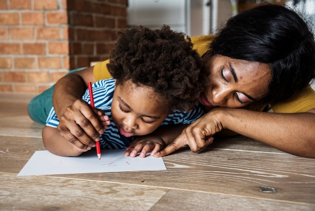Mãe ensinando filho a desenhar