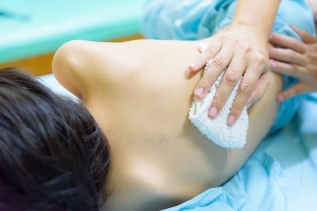 Mãe esfregue o corpo com um pano úmido para reduzir a febre e a temperatura.