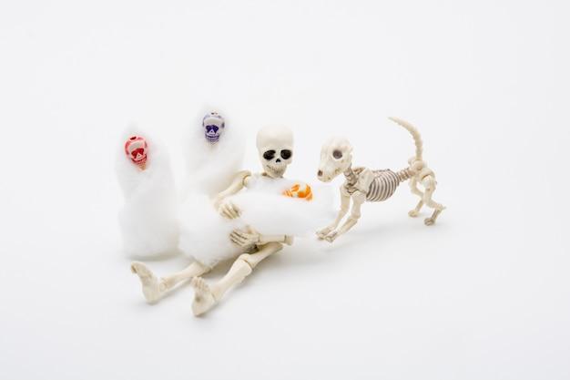 Mãe esqueleto com seus filhos e um cachorro esqueleto, momento feliz para o bebê nascer.