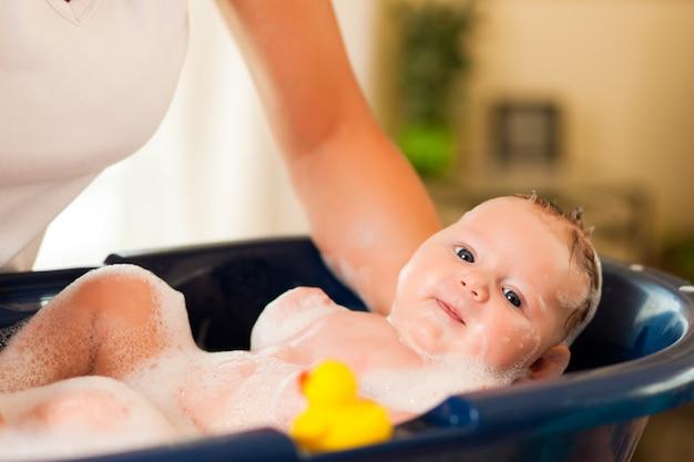 Mãe está banhando seu bebê