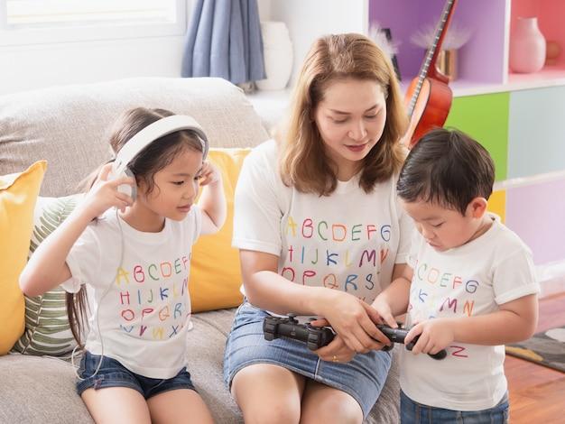 Mãe está ensinando as crianças a jogar jogos