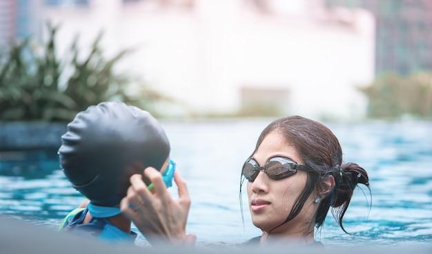 Mãe está ensinando seu filho a nadar