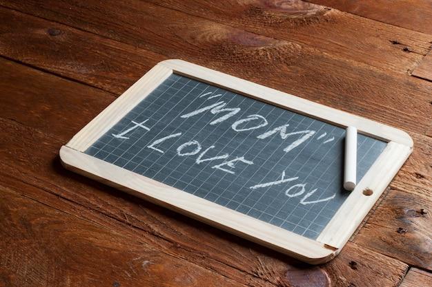 Mãe eu te amo escrito no quadro-negro