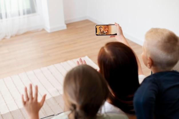 Mãe fazendo uma videochamada em família com os filhos