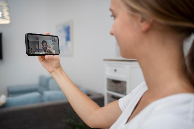 Mãe fazendo videochamada para pai em quarentena