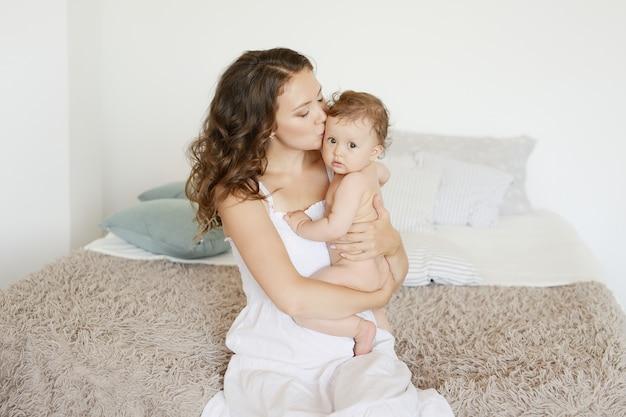 Mãe feliz, abraçando sua adorável filha