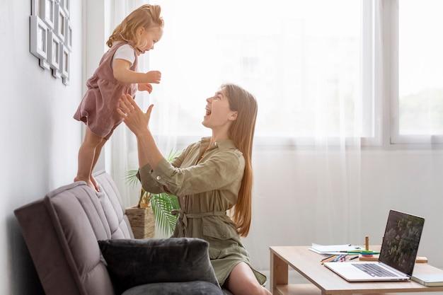 Mãe feliz, brincando com a filha