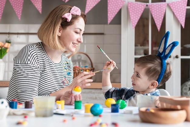 Mãe feliz, brincando com menino bonitinho