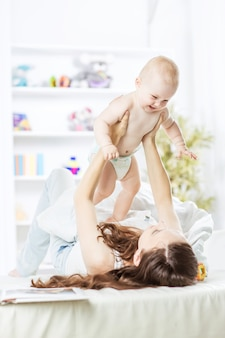 Mãe feliz brincando com o bebê