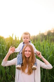 Mãe feliz com a criança na natureza