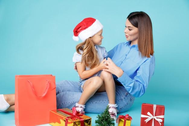Mãe feliz com a filha com presentes