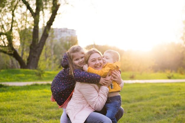 Mãe feliz com as crianças na natureza