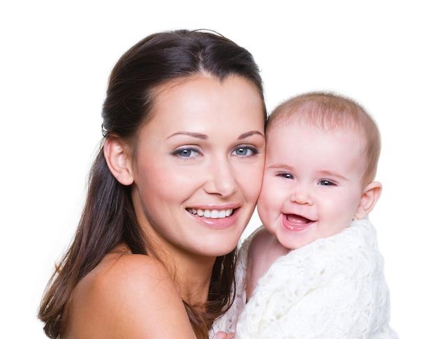 Mãe feliz com bebê sorridente