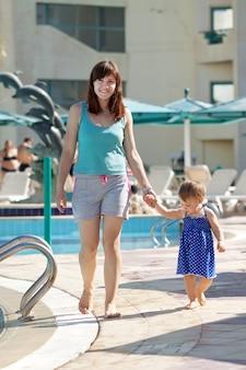 Mãe feliz com criança no resort