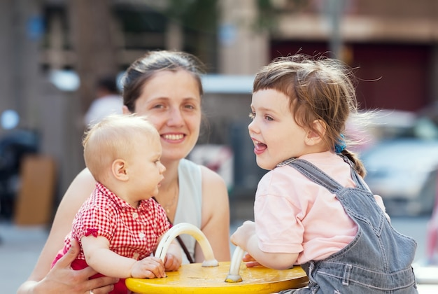 Mãe feliz com dois filhos
