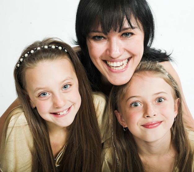 Mãe feliz com duas filhas