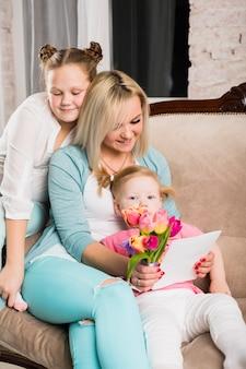 Mãe feliz com filhas juntas