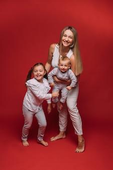 Mãe feliz com filho e filha.