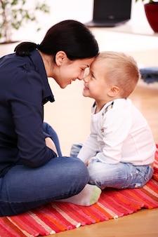 Mãe feliz com o filho