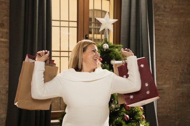 Mãe feliz com sacos de compras