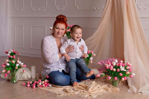 Mãe feliz com seu filho com tulipas