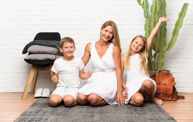 Mãe feliz com seus dois filhos em ambientes fechados