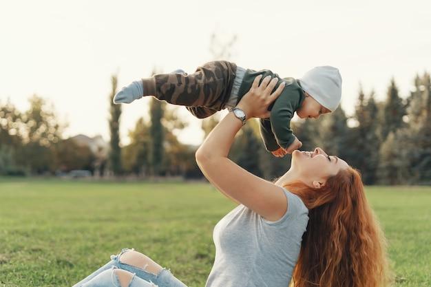 Mãe feliz criando seu bebê
