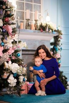 Mãe feliz e bebê adorável celebram o natal