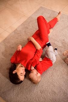 Mãe feliz e brincadeira de criança em casa