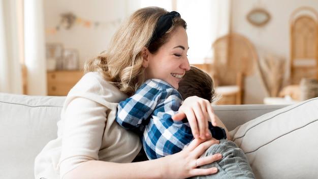 Mãe feliz e criança abraçando