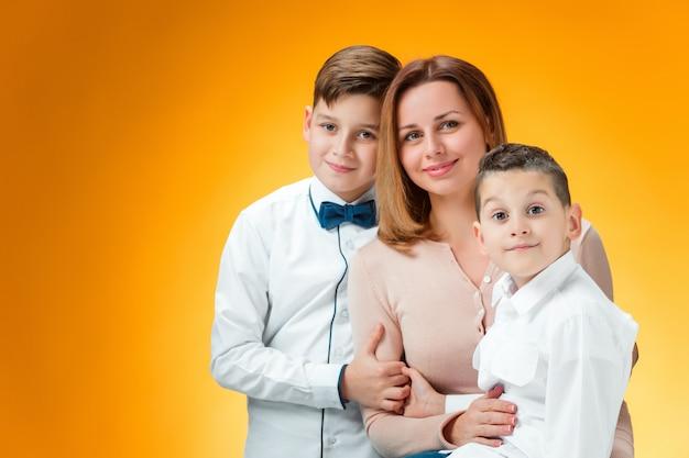 Mãe feliz e dois filhos
