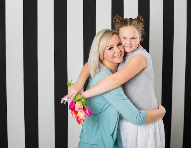 Mãe feliz e filha abraçando