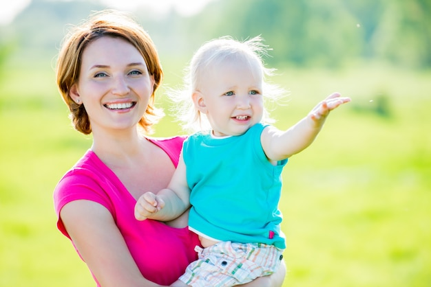 Mãe feliz e filho pequeno no campo