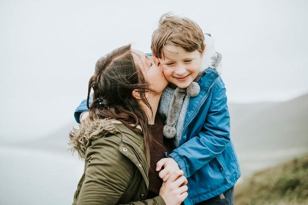 Mãe feliz e filho que apreciam junto