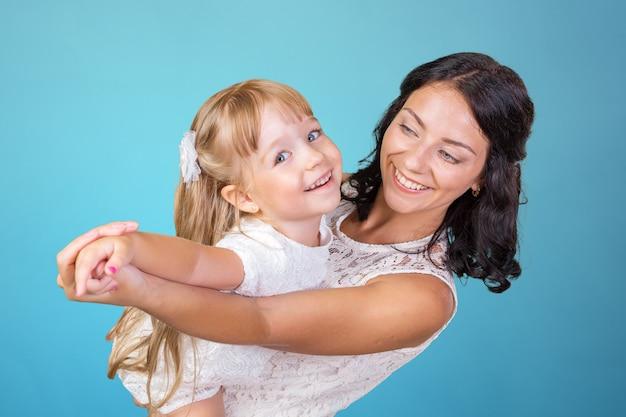 Mãe feliz e menina da criança