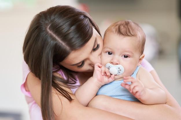 Mãe feliz e seu bebê recém-nascido