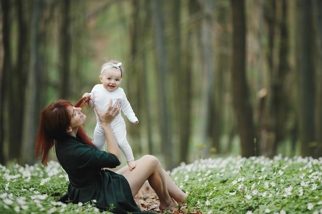 Mãe feliz e sua filhinha estão felizes um ao outro
