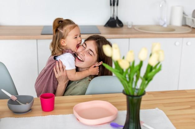 Mãe feliz, segurando a criança