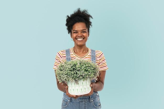 Mãe feliz segurando arbustos em vasos